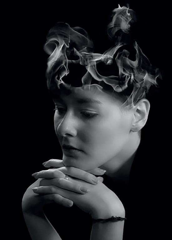 Schwarzweißes Portraitfoto von mir mit einer gephotoshopten Flammenkrone auf dem Kopf