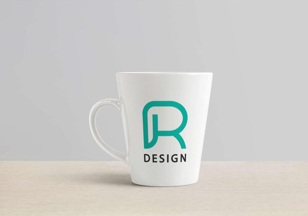 Mit persönlichem Logo bedruckte Tasse auf einem Tisch