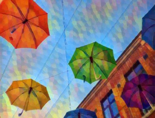 bunte Regenschirme über der Einkaufsstraße in Durham City